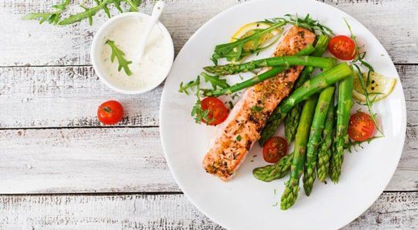 Kırmızı etin yanında salata tüketin